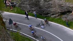 FOTO Ciclismo, paura al Giro d'Italia: Pozzovivo cade in discesa