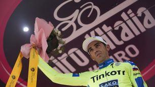 FOTO Giro d'Italia, Contador sul podio con il braccio immobilizzato