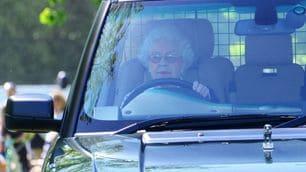 La Regina Elisabetta guida una Range Rover a 89 anni