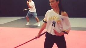 Aaron Rodgers e Olivia Munn, allenamento con la spada