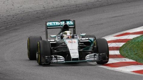 F1 Mercedes, Hamilton: «Team radio importanti per i piloti»