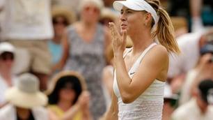 La bella Sharapova incanta: baci al pubblico di Wimbledon!