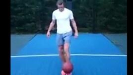 Bale, canestro no-look con i piedi
