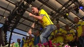 Guidetti scatenato, la folla lo segue e canta con lui!