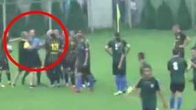 Rigore contro: l'allenatore prende a pugni l'arbitro