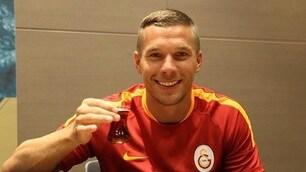 Podolski, firma e brindisi con il Galatasaray