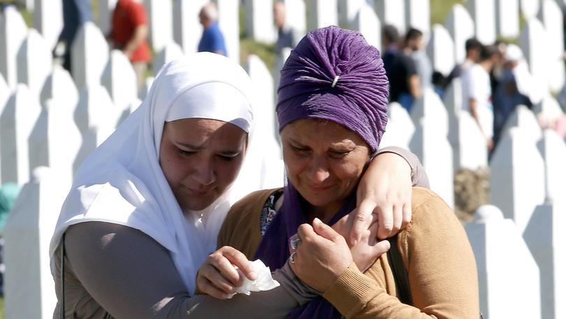 Srebrenica, 20 anni fa: 8372 morti. Dzeko e Pjanic non dimenticano