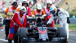 Alonso, triste finale: spinge la sua McLaren fino ai box