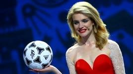 Natalia incanta tutti ai sorteggi Mondiali