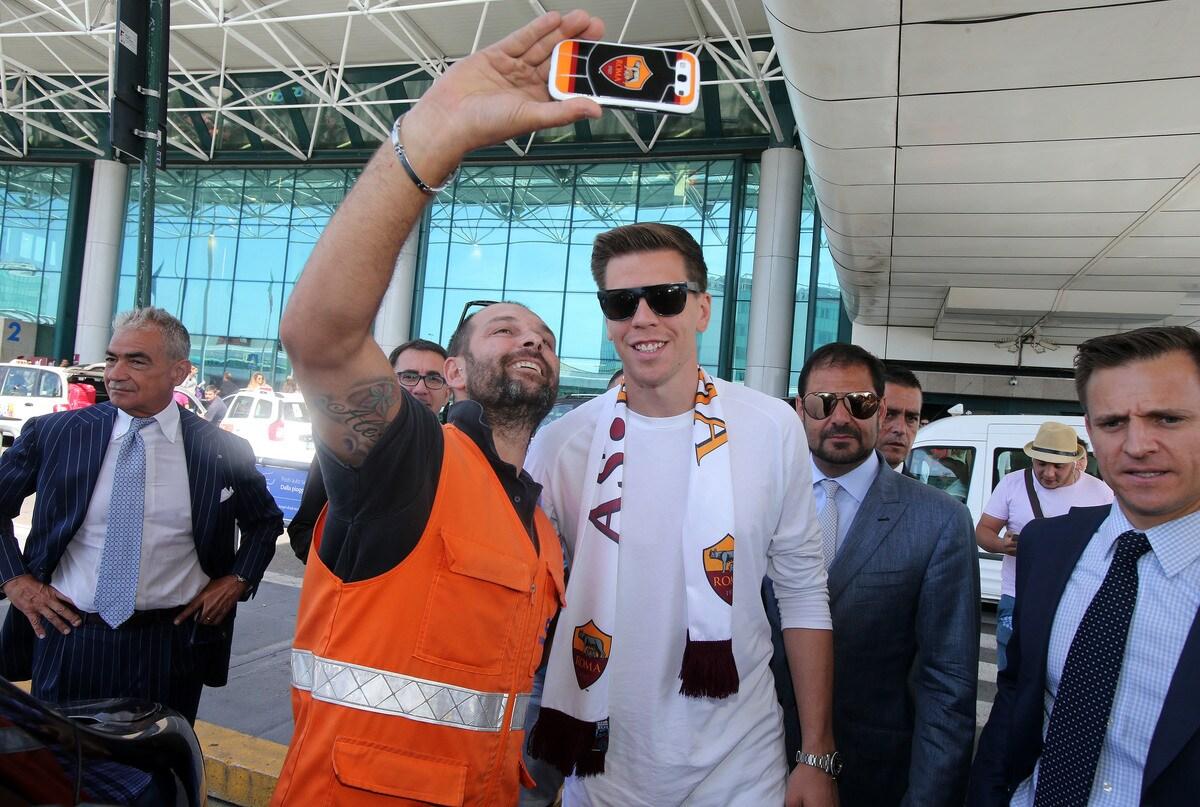 Szczesny a Fiumicino: l'abbraccio dei tifosi della Roma