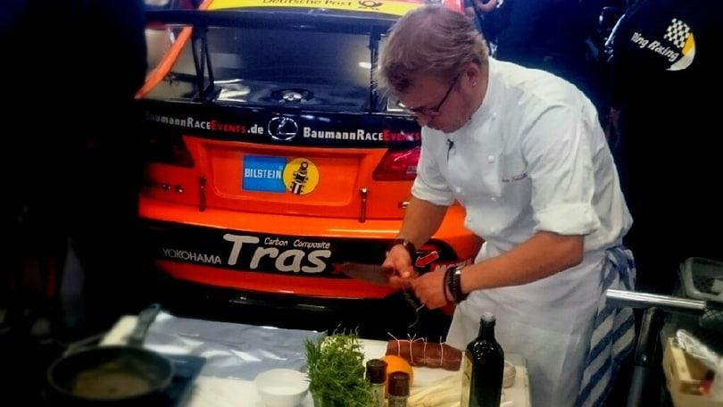 Lexus, lo chef griglia il filetto sul motore da 430 cv