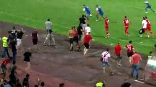 Bulgaria, tifosi invadono: giocatori scappano in tribuna