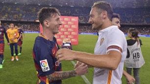 Totti, abbracci con i fenomeni del Barcellona