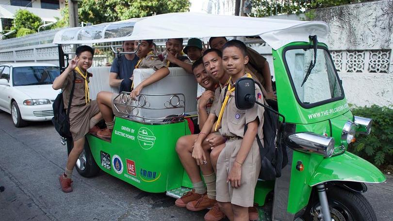 Dalla Francia alla Thailandia con un tuk-tuk elettrico