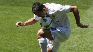 Real, presentato Kovacic: primi palleggi al Bernabeu