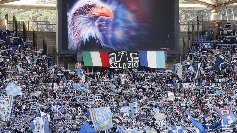 Lazio, Curva Nord fuori dallo stadio: protesta contro il Prefetto