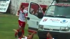 Fa gol ed entra nell'ambulanza: ma che esultanza è?