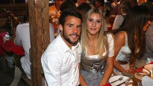 Il Bayern brinda all'Oktoberfest: che show con le wags!
