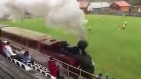 Clamoroso, un treno a vapore a bordo campo!