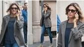 Martina Colombari, shopping e sorrisi al telefono