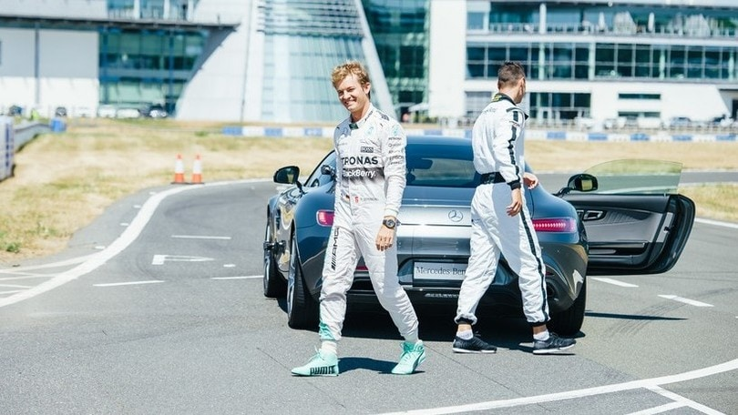 Mercedes, Rosberg porta in pista il campione di golf