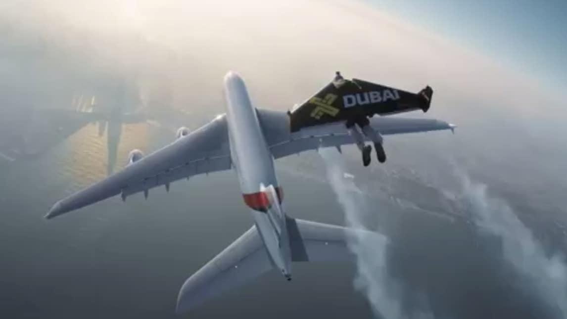 Aereo Privato Ac Dc : Follia jetman vola accanto all aereo più grande del mondo