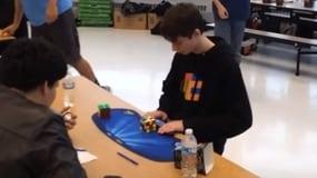 Cubo Rubik, 14enne batte nuovo record del mondo