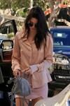 Sexy passeggiata: Kendall Jenner in minigonna mozzafiato
