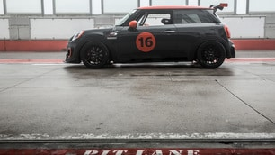 Torna in pista la Mini: vera auto da corsa