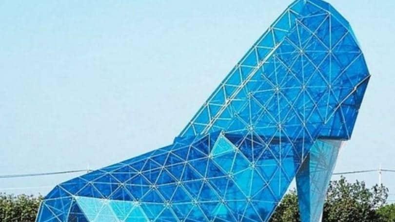 Scarpa di Cenerentola gigantesca: la chiesa a Budai dedicata alle donne