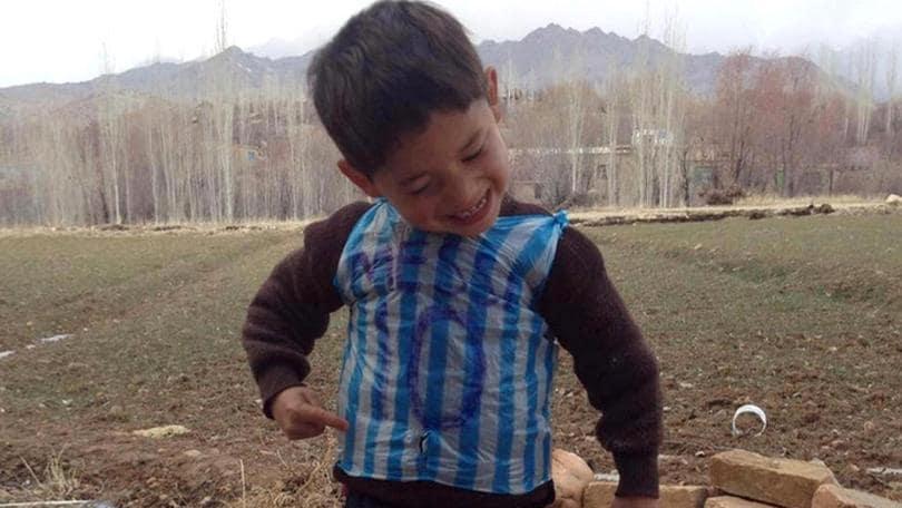 """Bimbo afghano con """"busta"""" Messi incontrerà il suo idolo"""