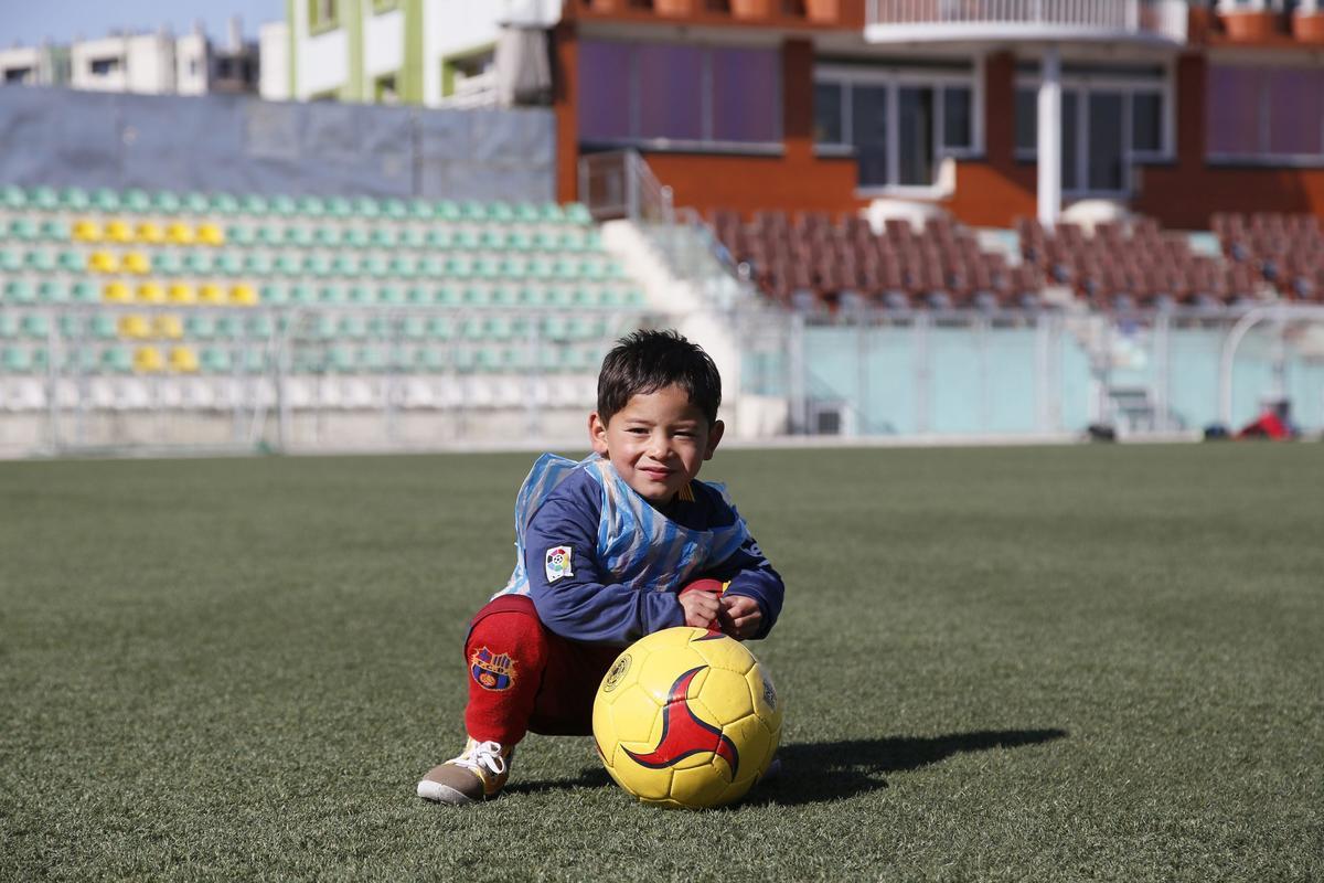 Il piccolo Murtaza adesso corre con la vera maglia di Messi