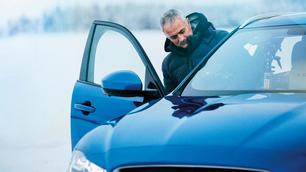 Mourinho prova il nuovo SUV Jaguar sul ghiaccio