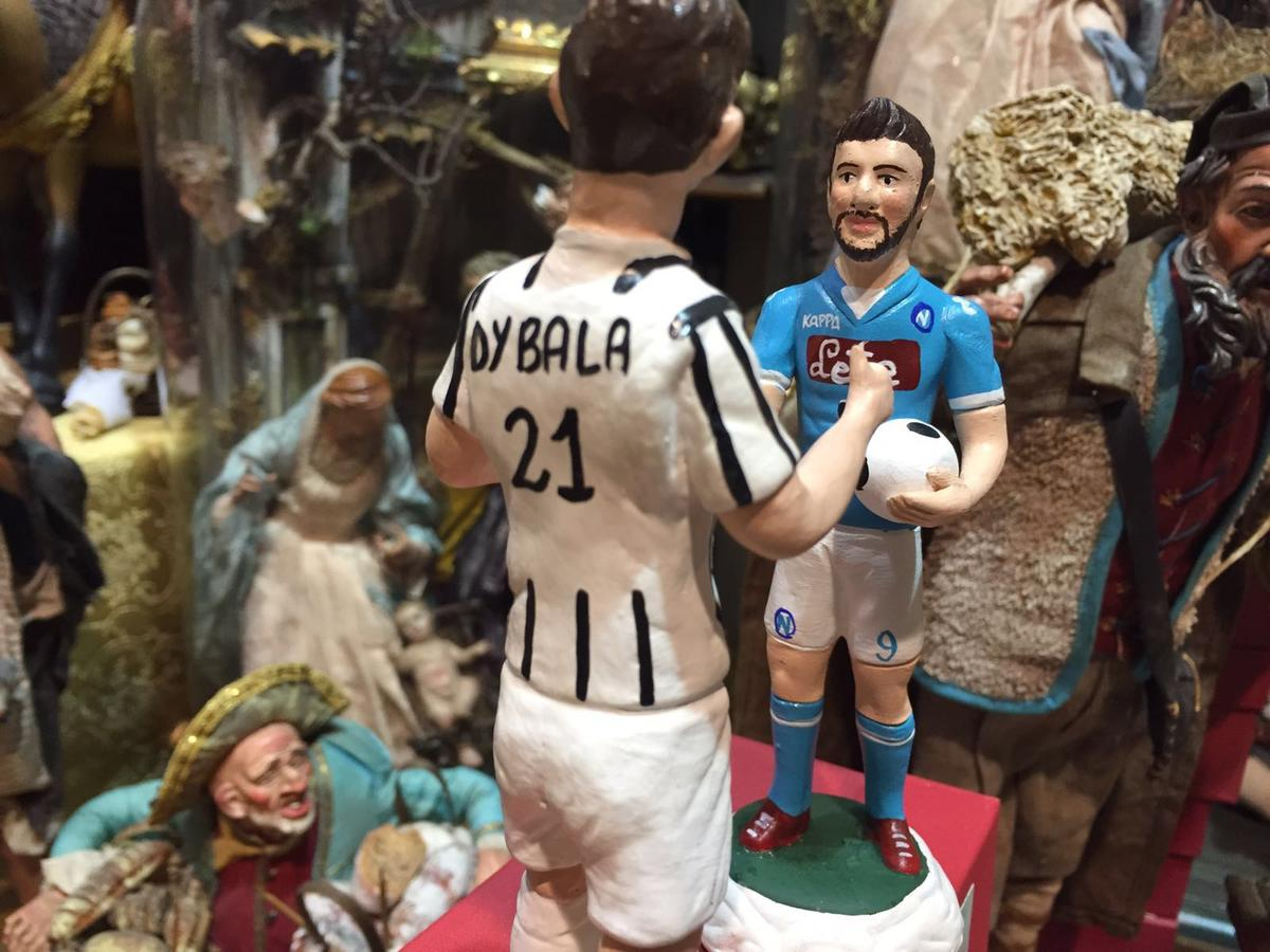 Dybala-Higuain, la sfida Juve-Napoli anche nel presepe