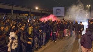 Napoli, la sconfitta non ferma la passione dei tifosi: in 3000 nella notte a Capodichino!