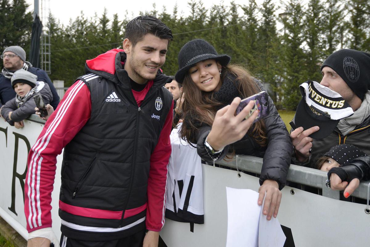 Juventus, allenamento a porte aperte: l'abbraccio dei tifosi bianconeri