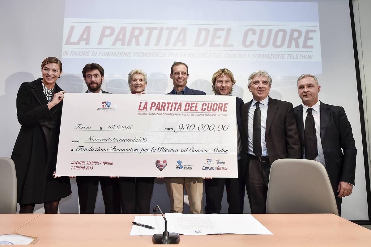 Juventus, Agnelli: assegno da 930.000 euro per la lotta al cancro