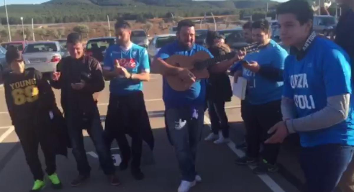 """Tifosi spagnoli cantano """"Un giorno all'improvviso"""""""