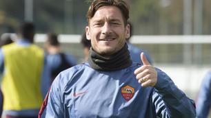 Totti ritrova il sorriso a Trigoria: ecco le foto dell'allenamento della Roma