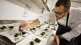 Lo Chef Francesco Pesce: «La cucina è sacrificio, ma è bello scottarsi»