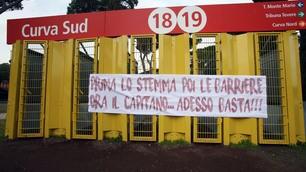 Roma, striscione della Sud: « Prima lo stemma, poi le barriere, ora il Capitano. Adesso basta! »