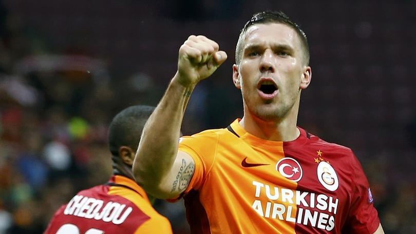 """Podolski saluta il Galatasaray con una """"manita"""""""