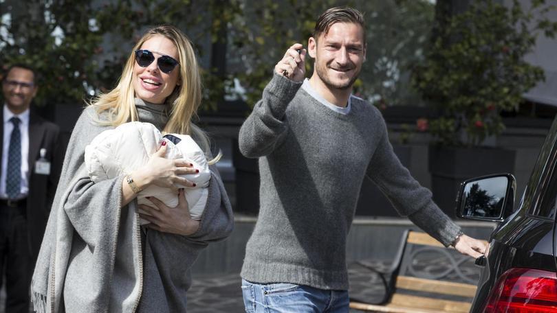 Totti e Ilary lasciano la clinica: con loro c'è la piccola Isabel