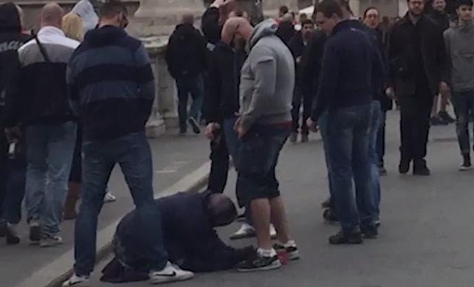 Tifosi dello Sparta Praga umiliano una mendicante