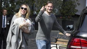 Totti e Ilary escono dalla clinica con la piccola Isabel