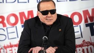 Berlusconi a Roma si presenta con gli occhiali da sole