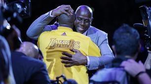Kobe Bryant saluta il basket NBA e i Lakers nell'ultima sfida della sua carriera