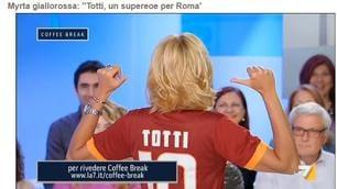 Myrta Merlino con la maglia di Totti: «Un eroe per Roma»