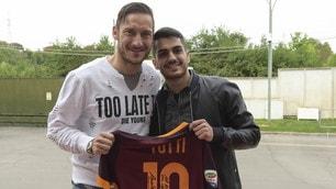Roma, il tifoso in lacrime per Totti incontra il suo idolo