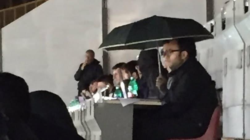 Napoli-Atalanta, giornalisti con l'ombrello in tribuna: la copertura fa acqua